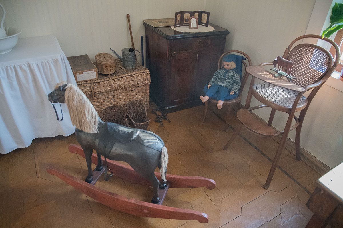 Переделанный для кормления ребенка стул и детские игрушки, демонстрируемые музеем Толстого в Хамовниках, принадлежали Ванечке.