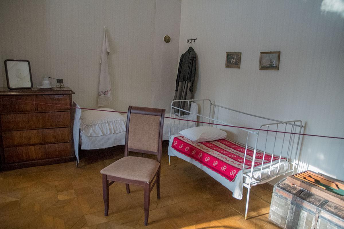 Московский музей Толстого в Хамовниках сохраняет обстановку детской комнаты, какой она была в момент кончины 7-летнего младшего ребенка в семье.