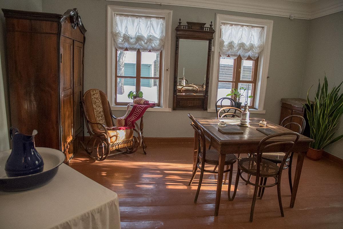 Классная комната, где занимались уроками дети, сохранила только часть прежней обстановки. Музей Толстого в Хамовниках представляет то, что осталось.