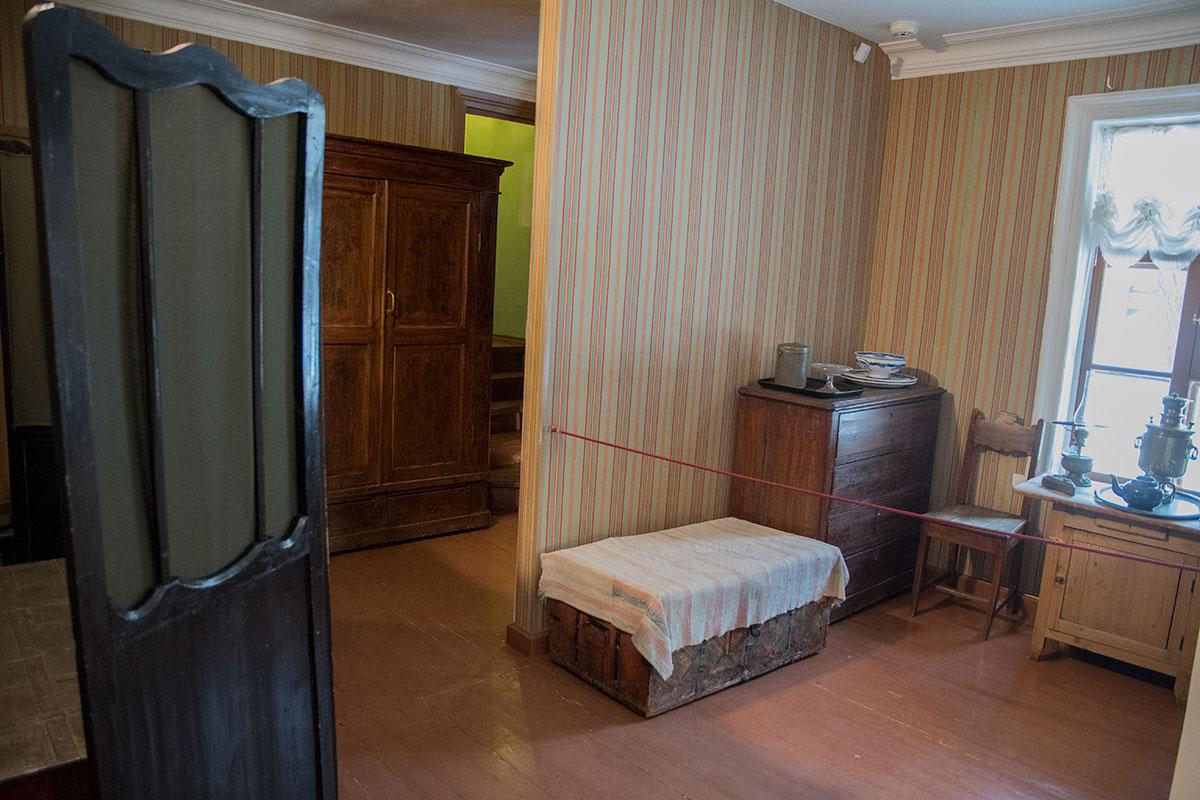 Экскурсоводы музея Толстого в Хамовниках показывают посетителям утренний маршрут следования писателя на второй этаж дома.