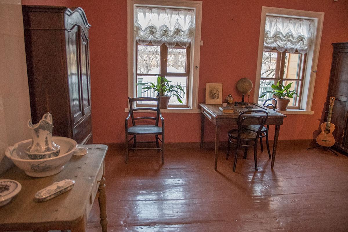 Не уцелели до наших дней в музее Толстого в Хамовниках, в комнате мальчиков среднего возраста их простые кровати, осталась лишь часть обстановки.