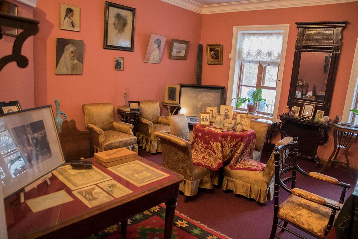Самым наполненным экспонатами в музее Толстого в Хамовниках выглядит комната Татьяны Львовны, знакомой с многими художниками.