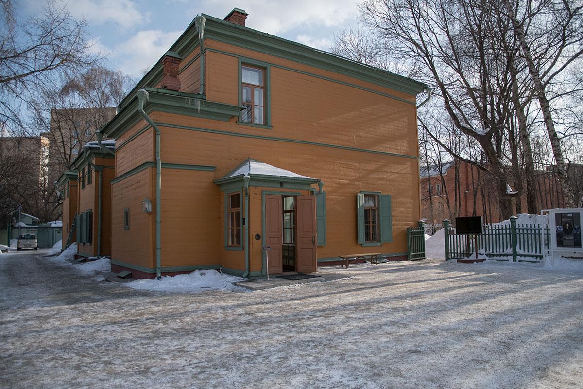 Двухэтажный московский особняк превращен в музей Толстого в Хамовниках по личному указанию лидера большевиков Ленина.