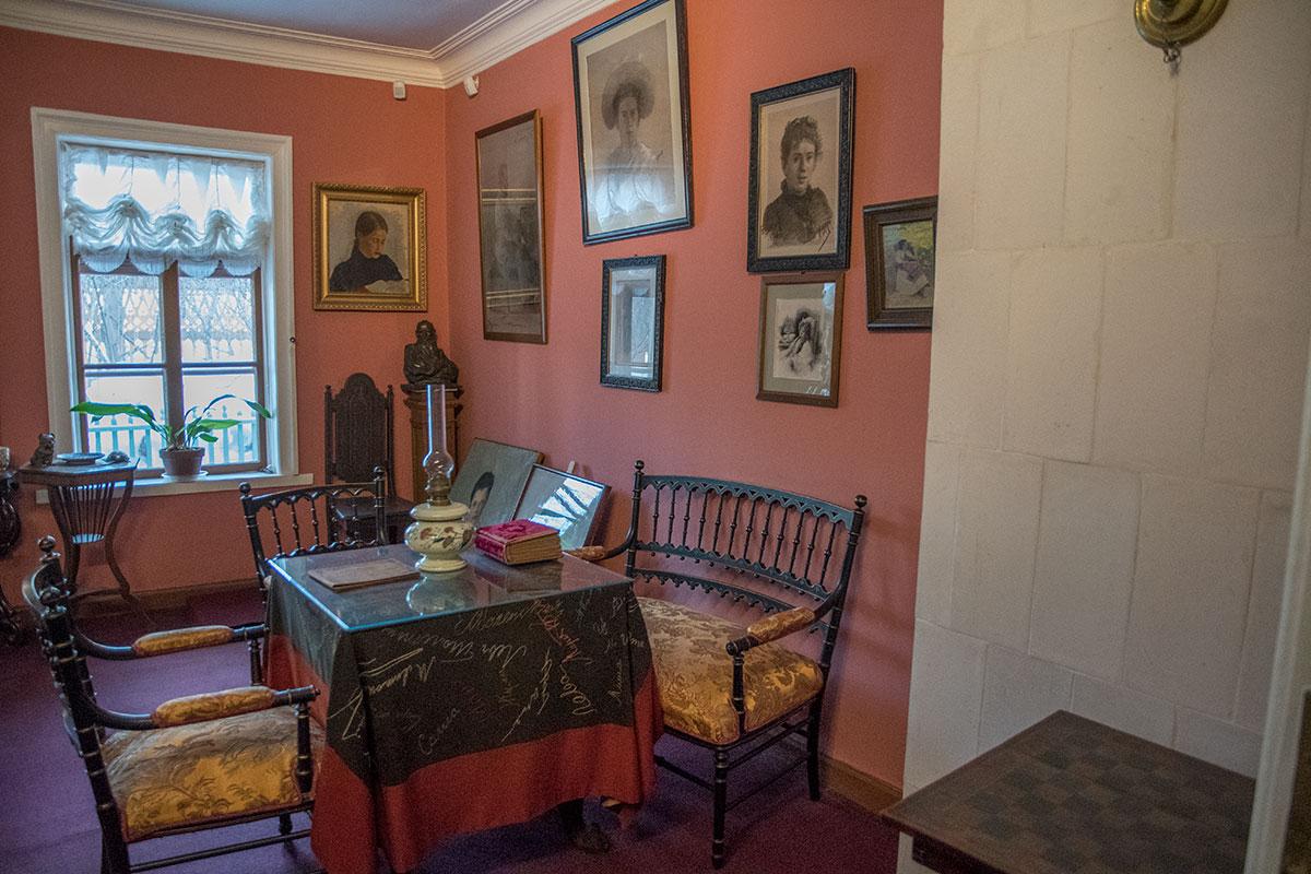 Многочисленные портреты Татьяны Львовны, выполненные знаменитыми художниками, соседствуют в комнате музея Толстого в Хамовниках с бюстом писателя.