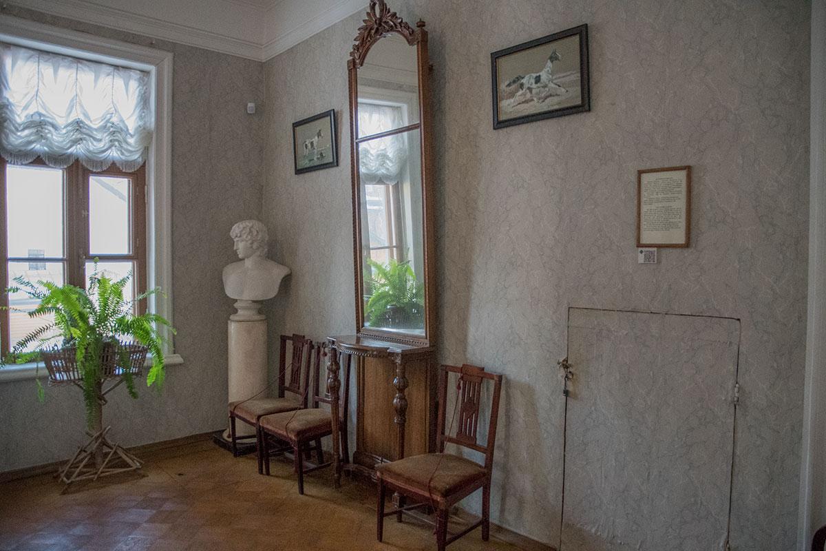 Стену верхней площадки парадной лестницы музея Толстого в Хамовниках украшают иллюстрации к повести Холстомер и античный бюст.