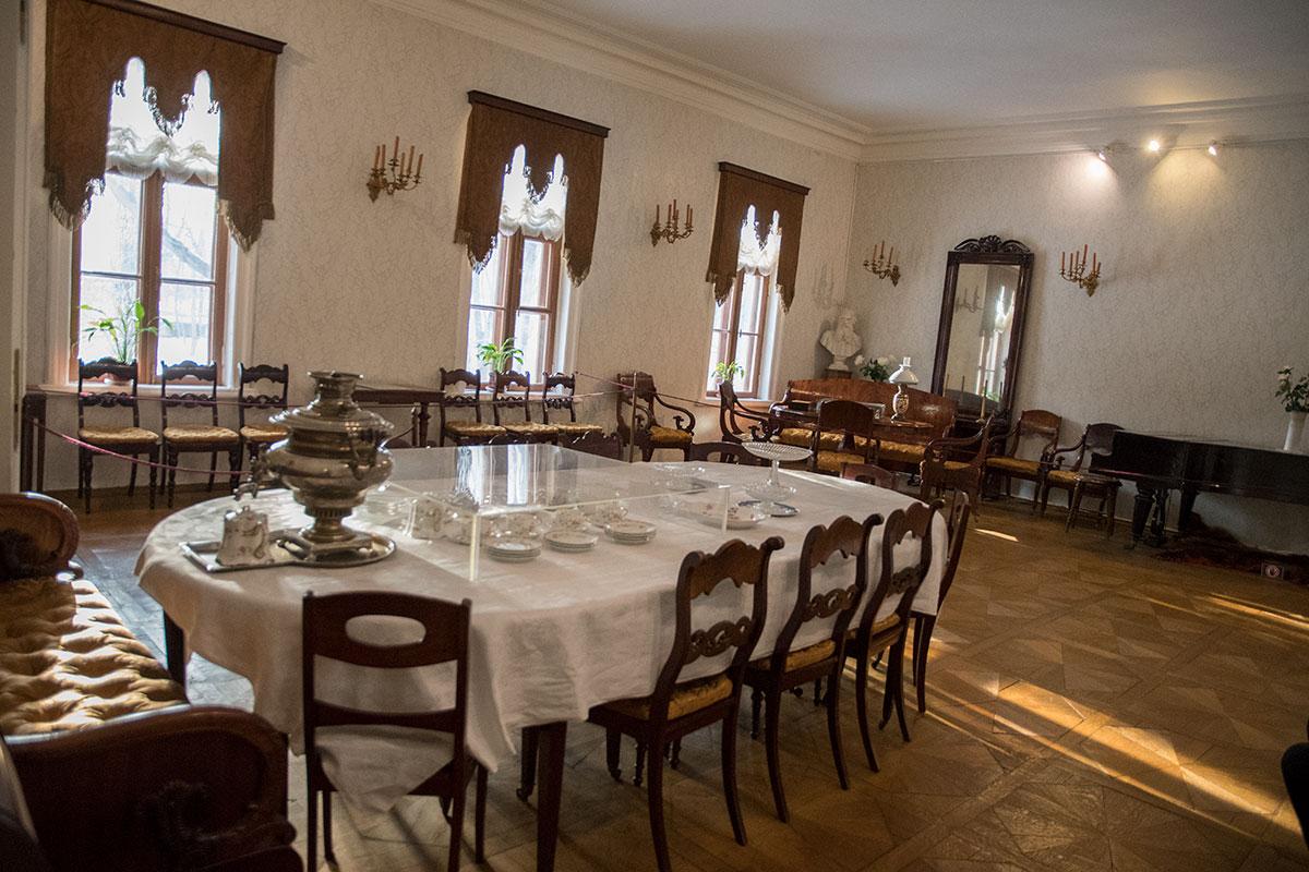 Парадный зал писательского дома воссоздан в музее Толстого в Хамовниках в первозданном виде, сложившемся при хозяевах.