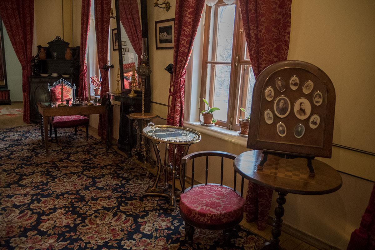 Подаренная детьми к 30-летию свадьбы родителей рамка с фотографиями встречает посещающих музей Толстого в Хамовниках в большой гостиной.