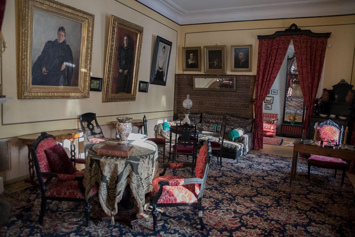 Большая гостиная музея Толстого в Хамовниках служит местом размещения копий полотен известных художников, современников писателя.