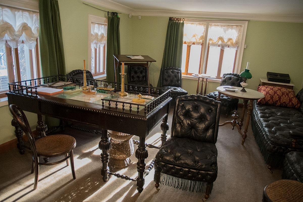 Кабинет Льва Николаевича в музее Толстого в Хамовниках, содержащий его письменный стол, - одно из популярнейших мест у посетителей.