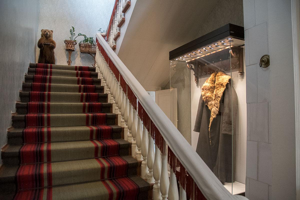 Под парадной лестницей на второй этаж музея Толстого в Хамовниках в стеклянном футляре с подсветкой хранится подлинная шуба писателя.