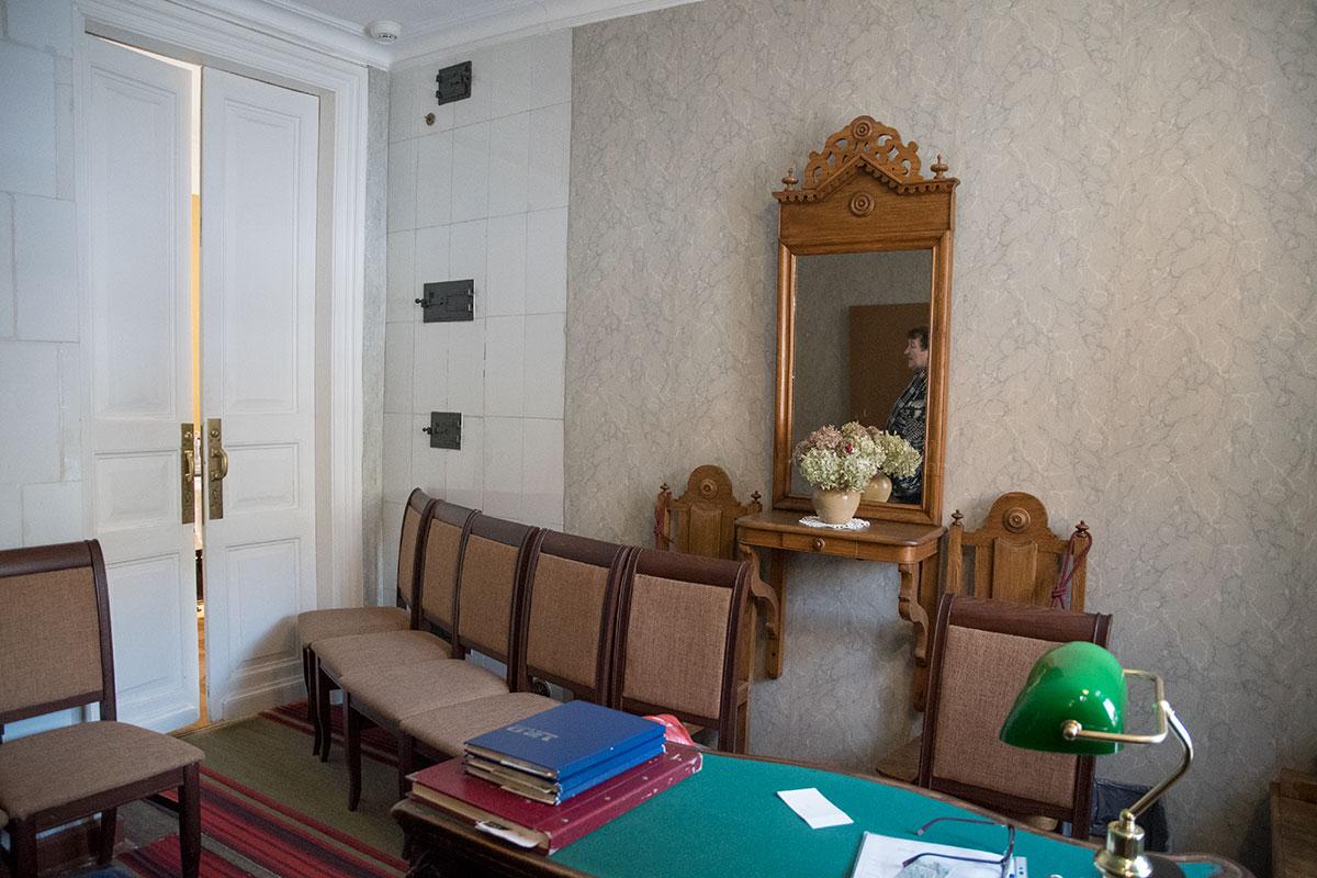 Обстановка прихожей в музее Толстого в Хамовниках напоминает скорее приемную какого-то чиновника с рабочим местом секретаря.