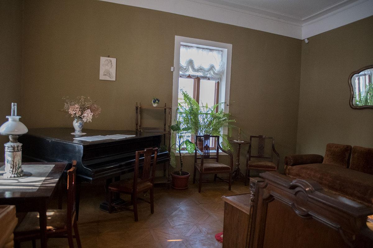 Смежная со столовой угловая комната с роялем сохраняет в музее Толстого в Хамовниках обстановку семейного музыкального салона.