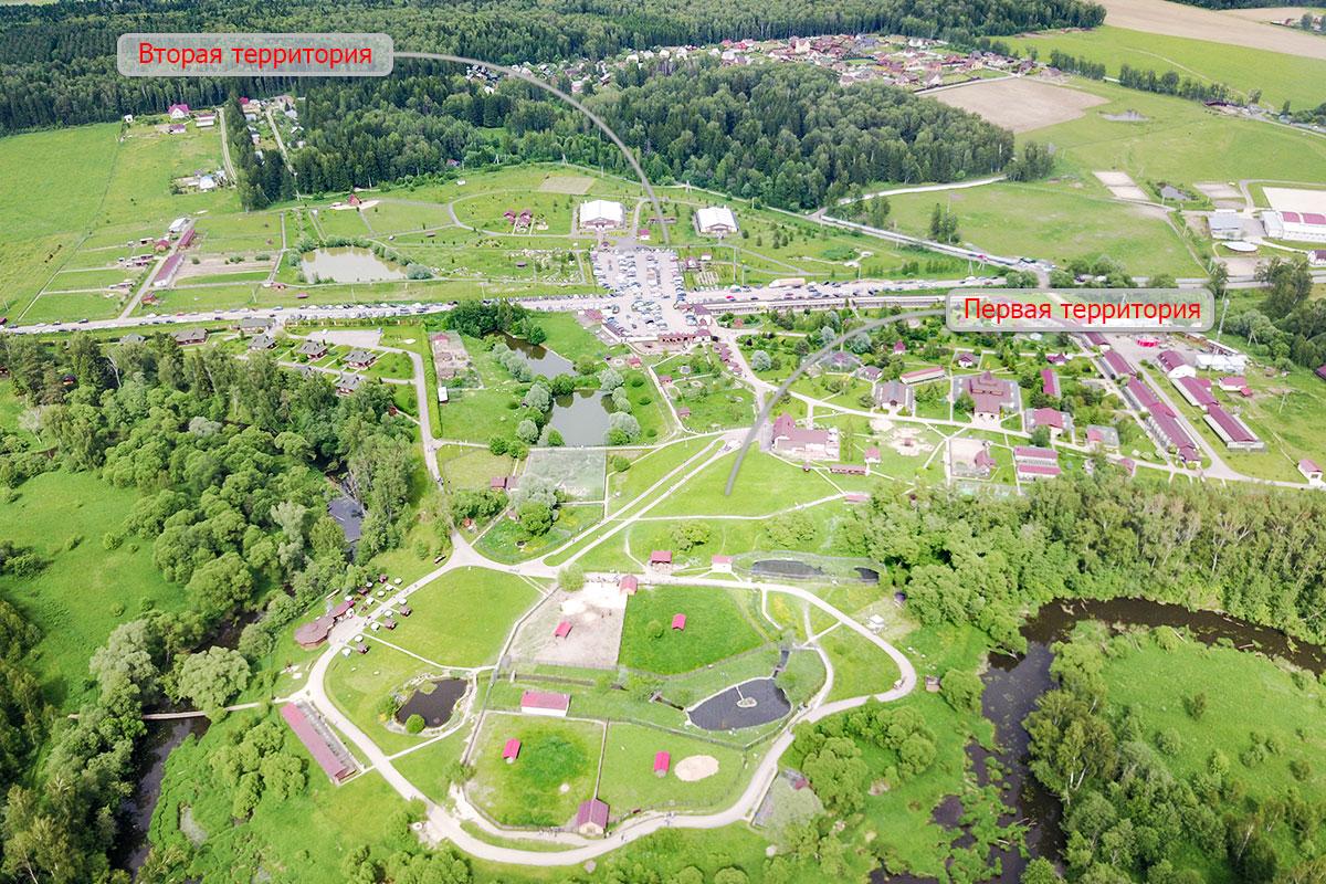 На высотной фотографии парк птиц Воробьи показан двумя своими территориями, расположенными по сторонам автомагистрали.