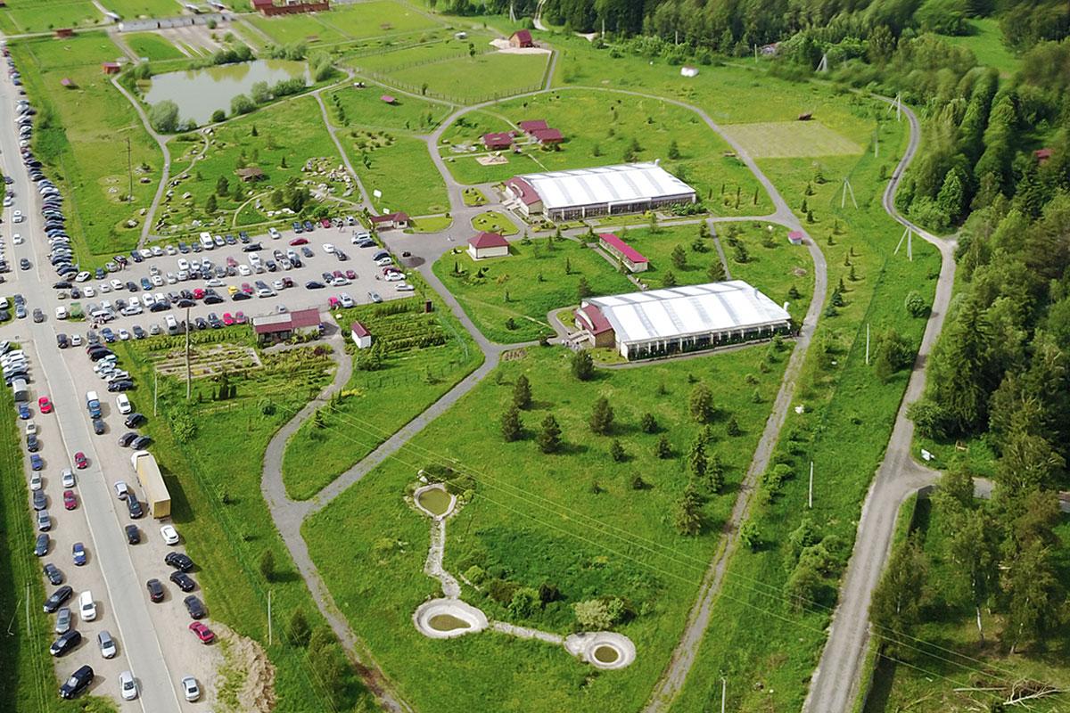 Вторая часть территории парка птиц Воробьи активно осваивается устроителями, здесь закончили сооружение второго просторного павильона.