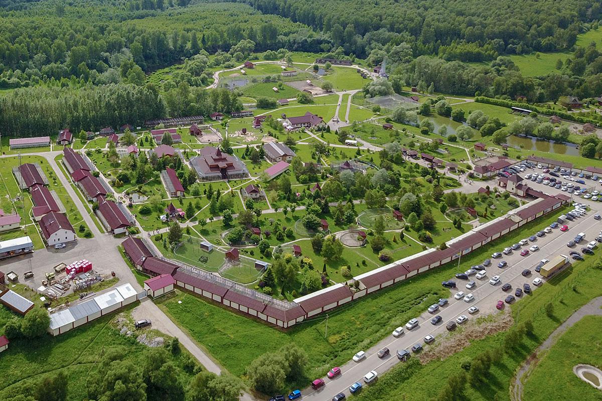 Первая, наиболее развитая территория парка птиц Воробьи располагается южнее разделяющей участки автомобильной дороги.