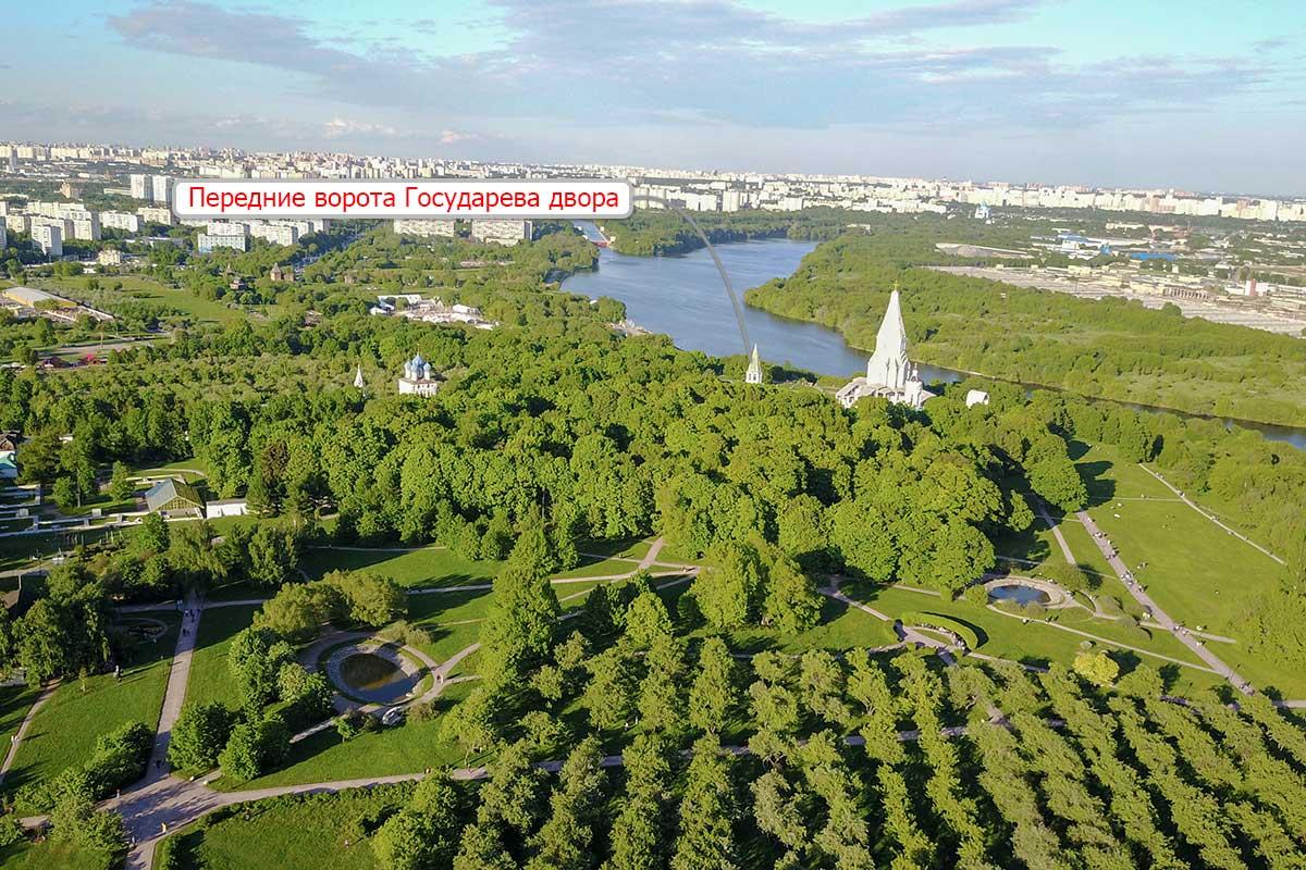 Несколько достопримечательностей музея-заповедника Коломенское, включая показанные стрелкой Передние ворота, видны на высотной фотографии.