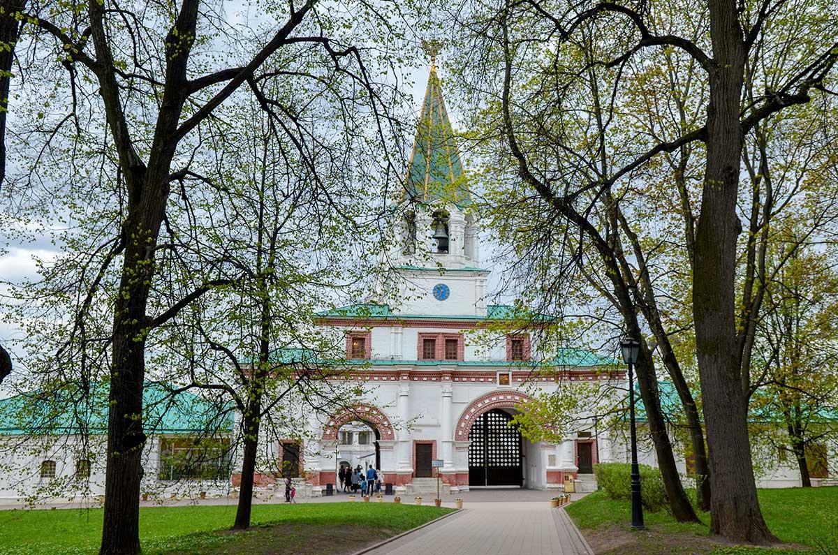 Со стороны бывшего Государева двора хорошо виден его бывший парадный вход – Передние ворота, доступные по Липовой аллее, от западных Спасских ворот.