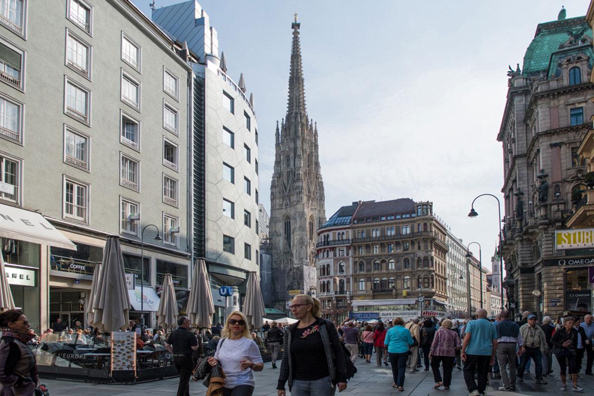Собор Святого Стефана можно видеть с пешеходной улицы Грабен, но в основном только высотную Южную башню.