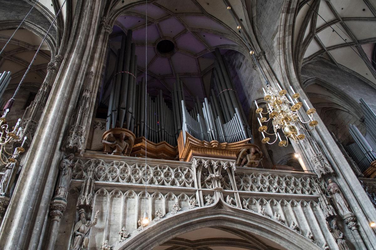 Органный постамент для древнейшего из трех инструментов собора Святого Стефана считается выполненным чехом Антоном Пильграмом.
