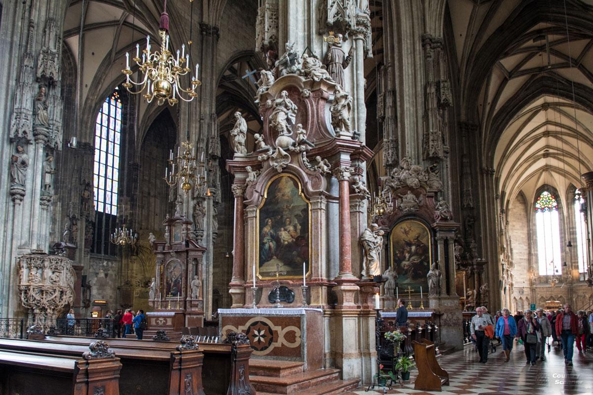 В трех продольных нефах, на которые делится собор Святого Стефана, находится около двух десятков малых алтарей.