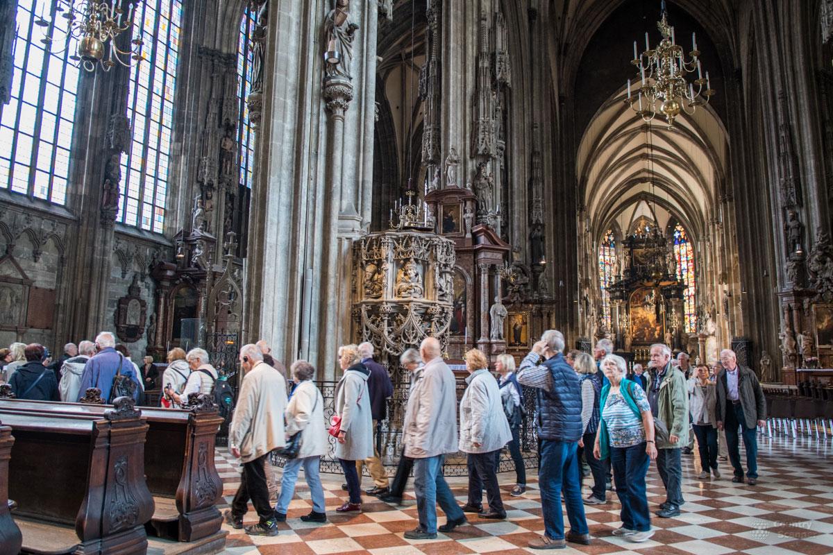 Туристическая экскурсионная группа направляется в катакомбы, находящиеся в подземелье собора Святого Стефана.