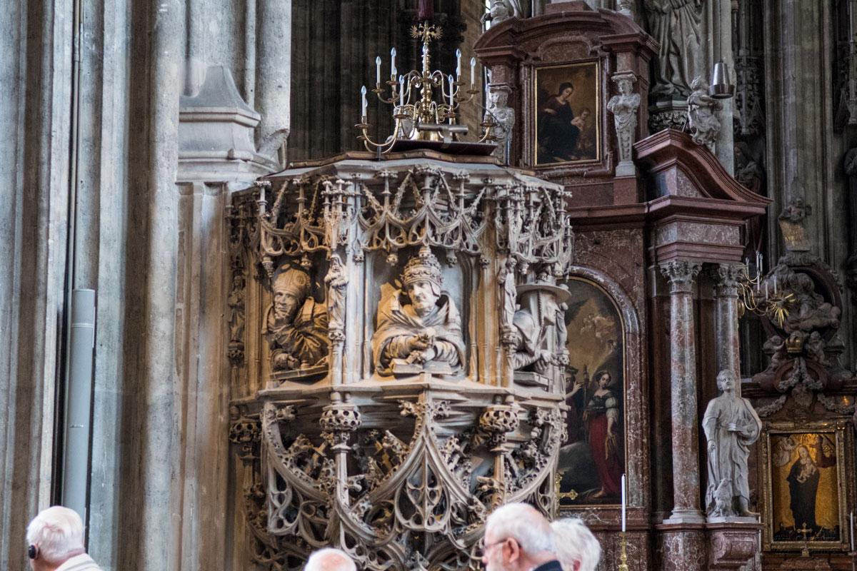 Авторство вырезанной из каменной глыбы епископской кафедры собора Святого Стефана достоверно не определено.