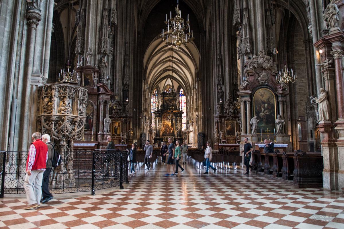 Собор Святого Стефана имеет центральный алтарь с запрестольной иконой, живописующей страдания этого мученика за веру.