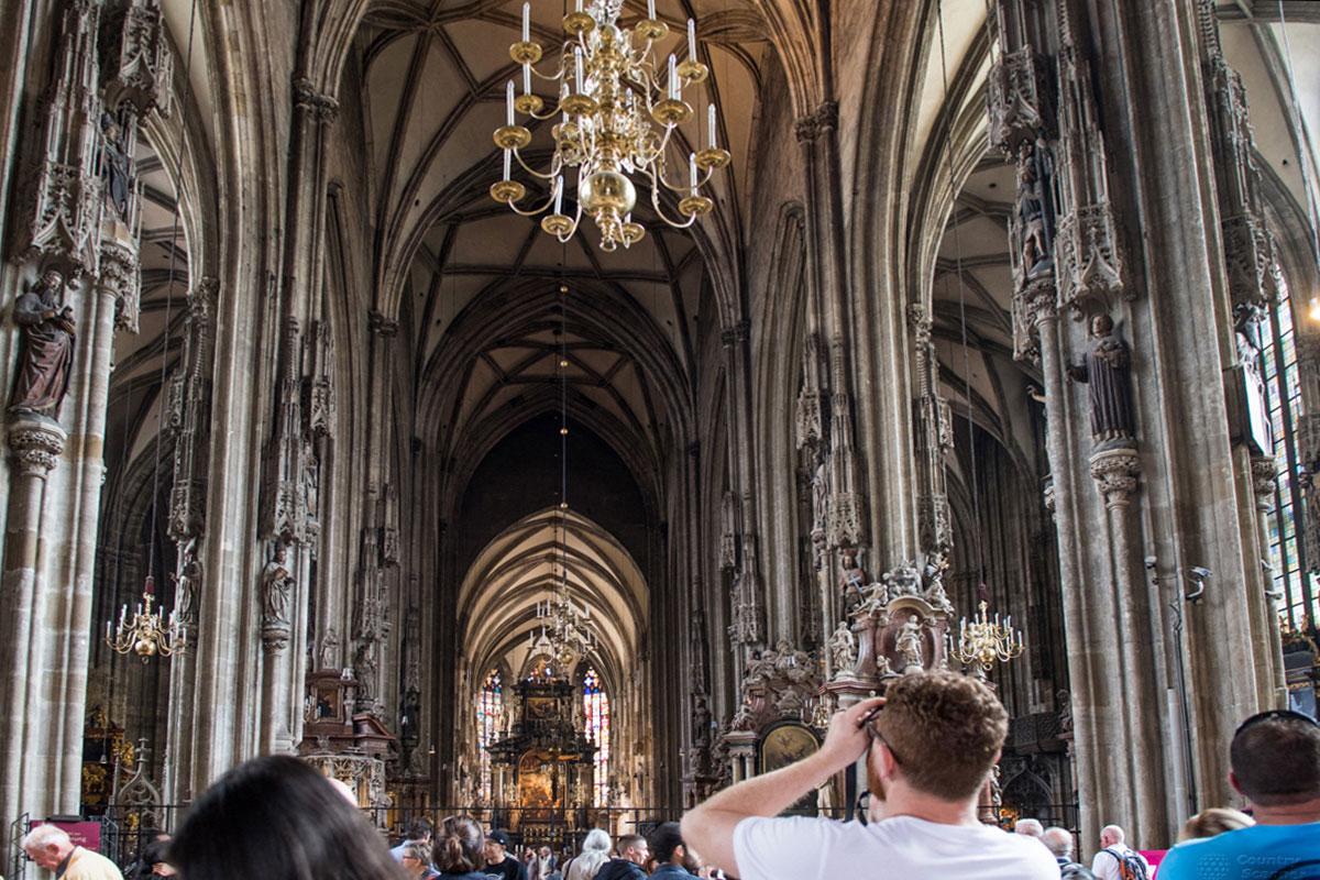 Готические островерхие арки являются доминирующим архитектурным элементом внутренней конструкции собора Святого Стефана.