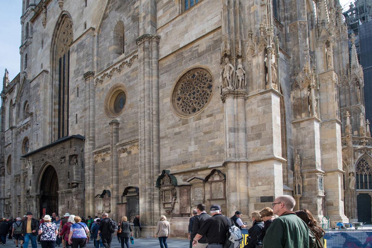 Архитектурными деталями собор Святого Стефана представляет черты романского и готического стилей, с преобладанием последнего.