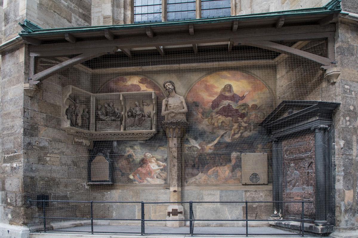 Снаружи собора Святого Стефана помещена копия скульптуры страдающего от зубной боли Христа, помещенная в нишу с другими произведениями.