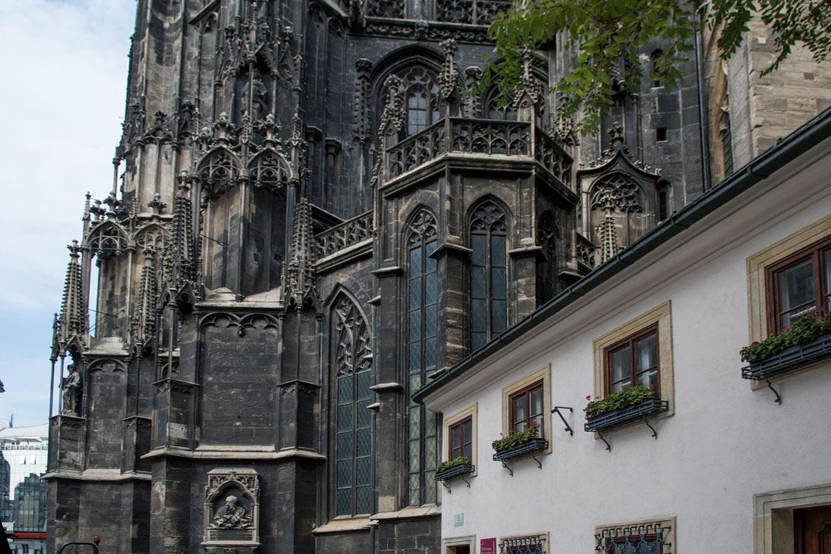 Посетившие собор Святого Стефана в большинстве обходят его вокруг, осматривая многочисленные памятные доски.