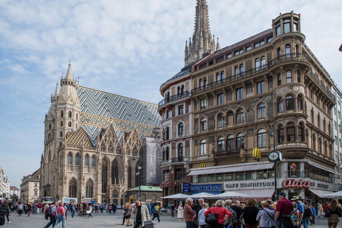 На одноименную городскую площадь собор Святого Стефана выходит своим западным фасадом с Языческими башнями и Исполинскими воротами.