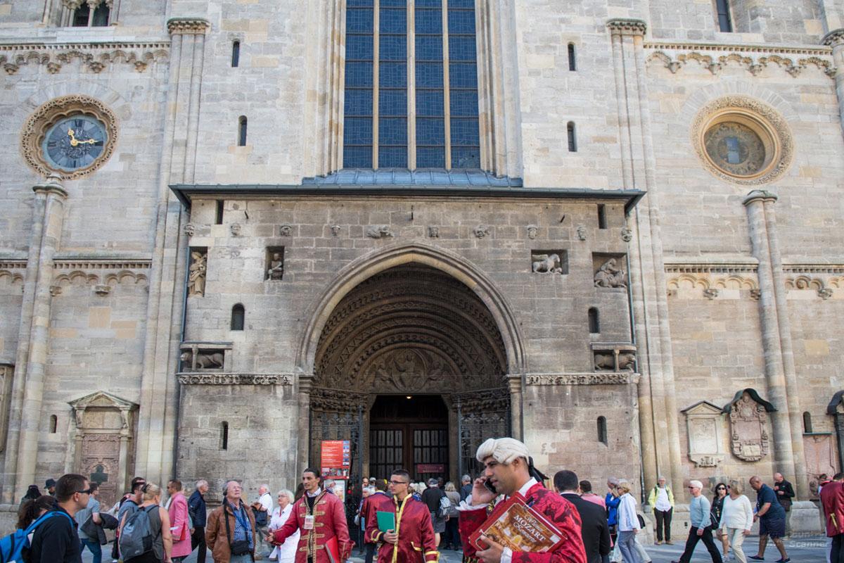 Исполинские ворота служат храмовым входом, ведущим посетителей в собор Святого Стефана через раструб из сужающихся арок.