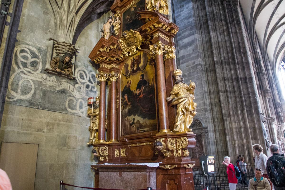 Слева от одного из малых алтарей собора Святого Стефана помещен автопортрет скульптора Пильграма с инструментами в руках.