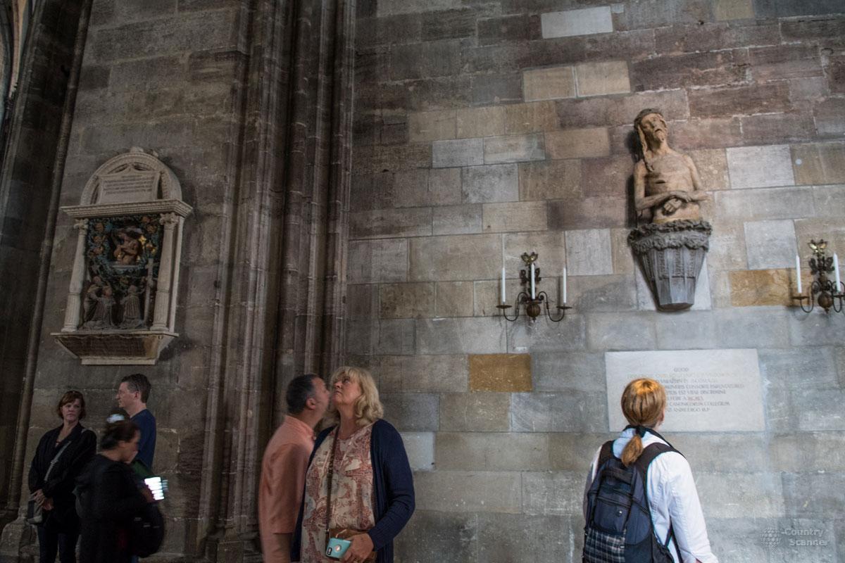 На северной стене собора Святого Стефана можно видеть статую Христа с выражением лица, трактуемым как гримаса от зубной боли.