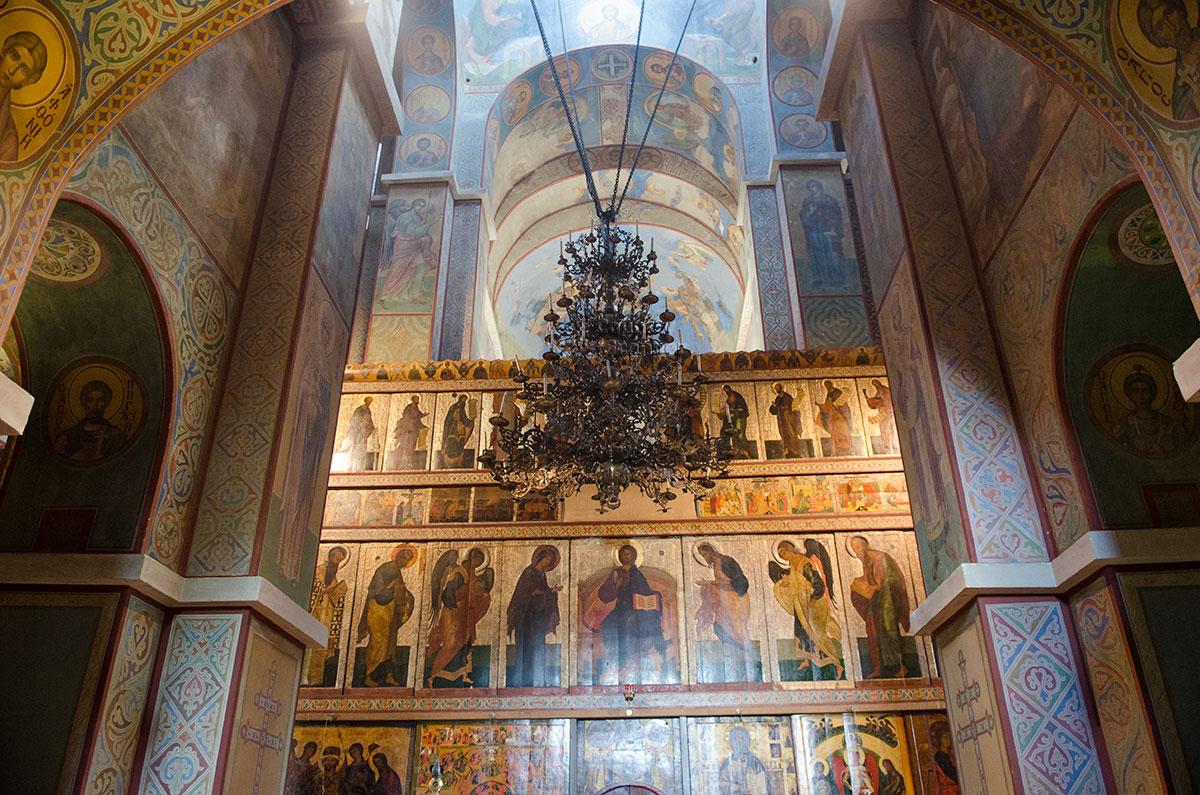 Имеются признаки того, что алтарный иконостас Софийского собора в Великом Новгороде сооружался по мере раскола христианства.
