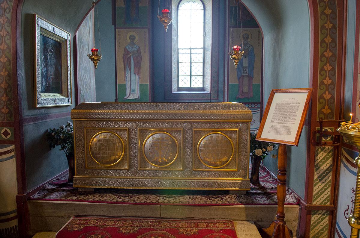 Окованная металлом рака для святых мощей, стоящая на возвышении в Софийском соборе в Великом Новгороде, хранит останки его строителя.