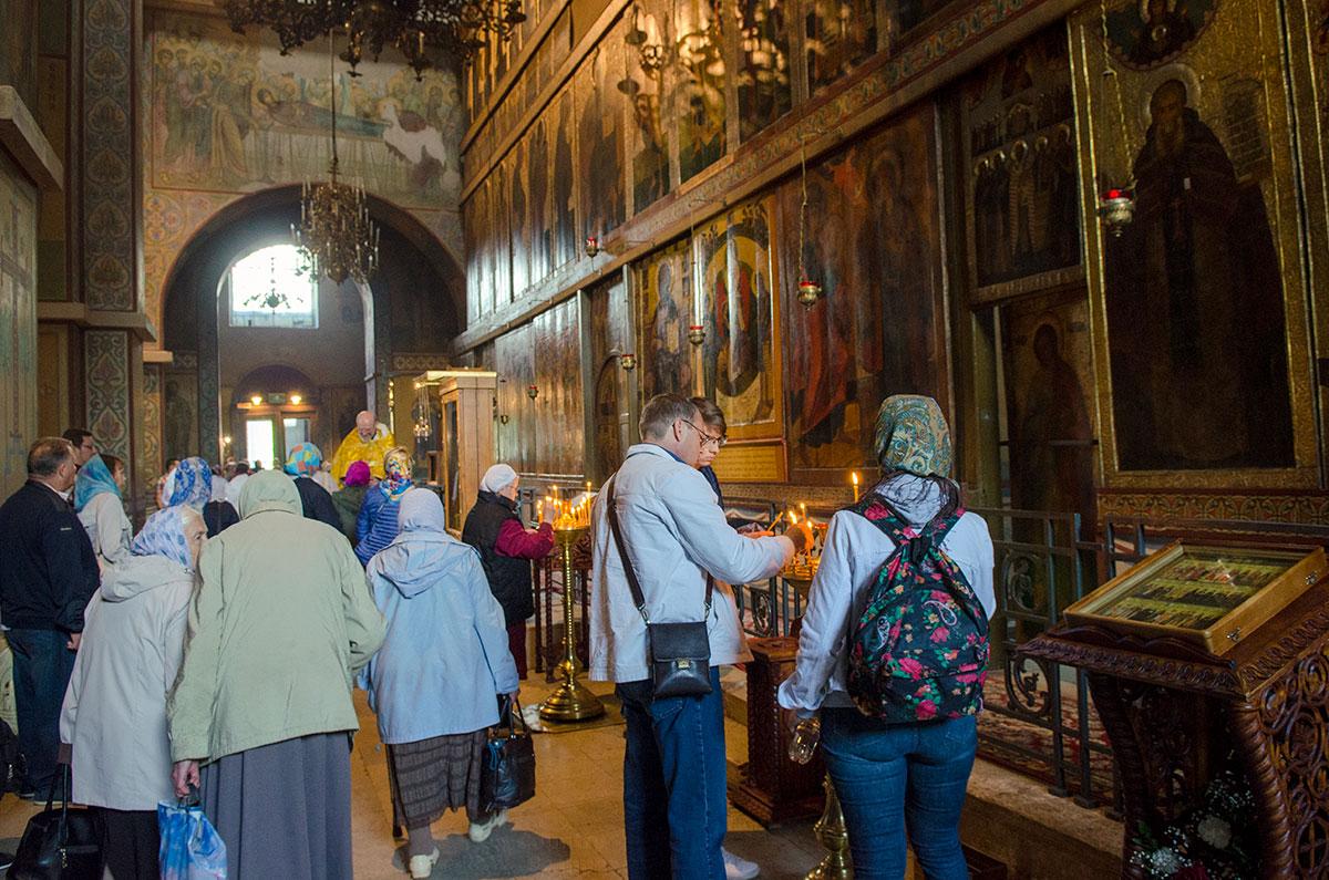 Очень редко посещающие Софийский собор в Великом Новгороде упускают возможность поставить свечу в старейшем русском храме.