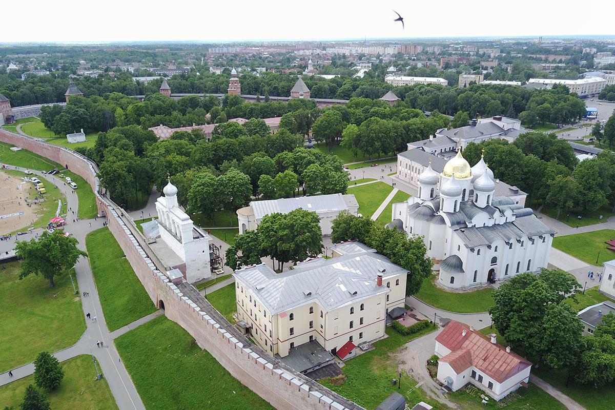 Высотная фотография, где Софийский собор в Великом Новгороде показан вместе с другими достопримечательностями – готовый путеводитель.