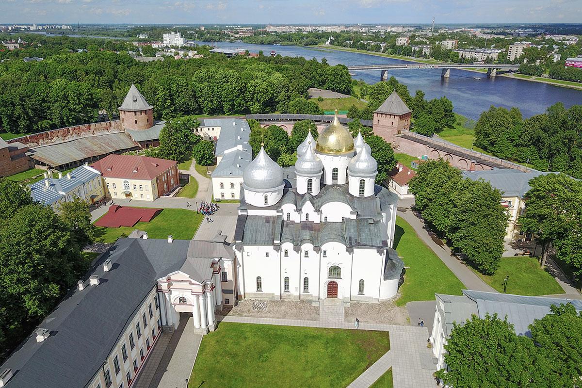 Живописный вид на северную оконечность укрепленной территории со сторожевыми башнями, Грановитой (Владычной) палатой и Софийский собор в Великом Новгороде.
