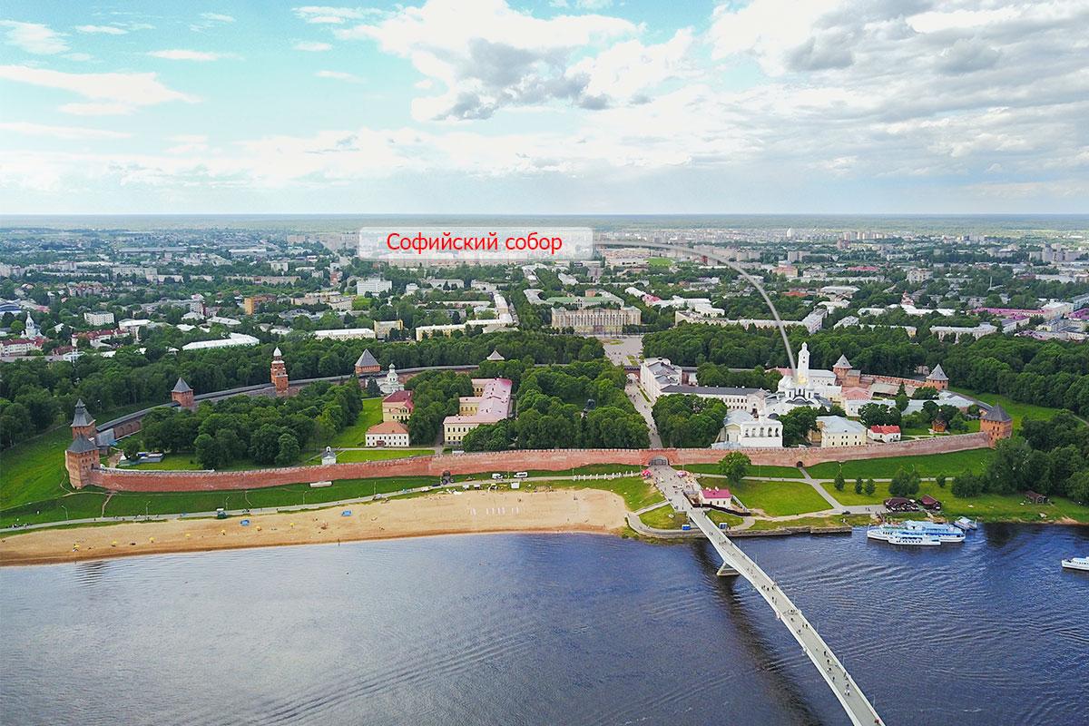 Указатель на высотной фотографии обозначает, где находится Софийский собор в Великом Новгороде, старейший храм России.