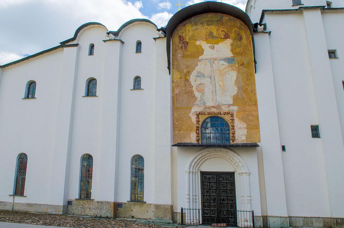 Софийский собор в Великом Новгороде сохранил лишь малую долю древних росписей, находящихся на западном фасаде здания.