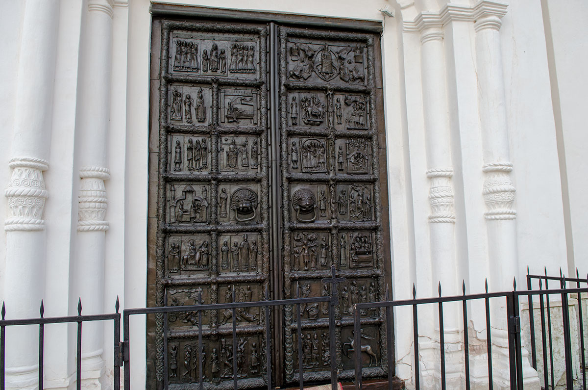 Изготовленные из бронзы немецкими мастерами Магдебургские ворота долгое время были основным входом в Софийский собор в Великом Новгороде.