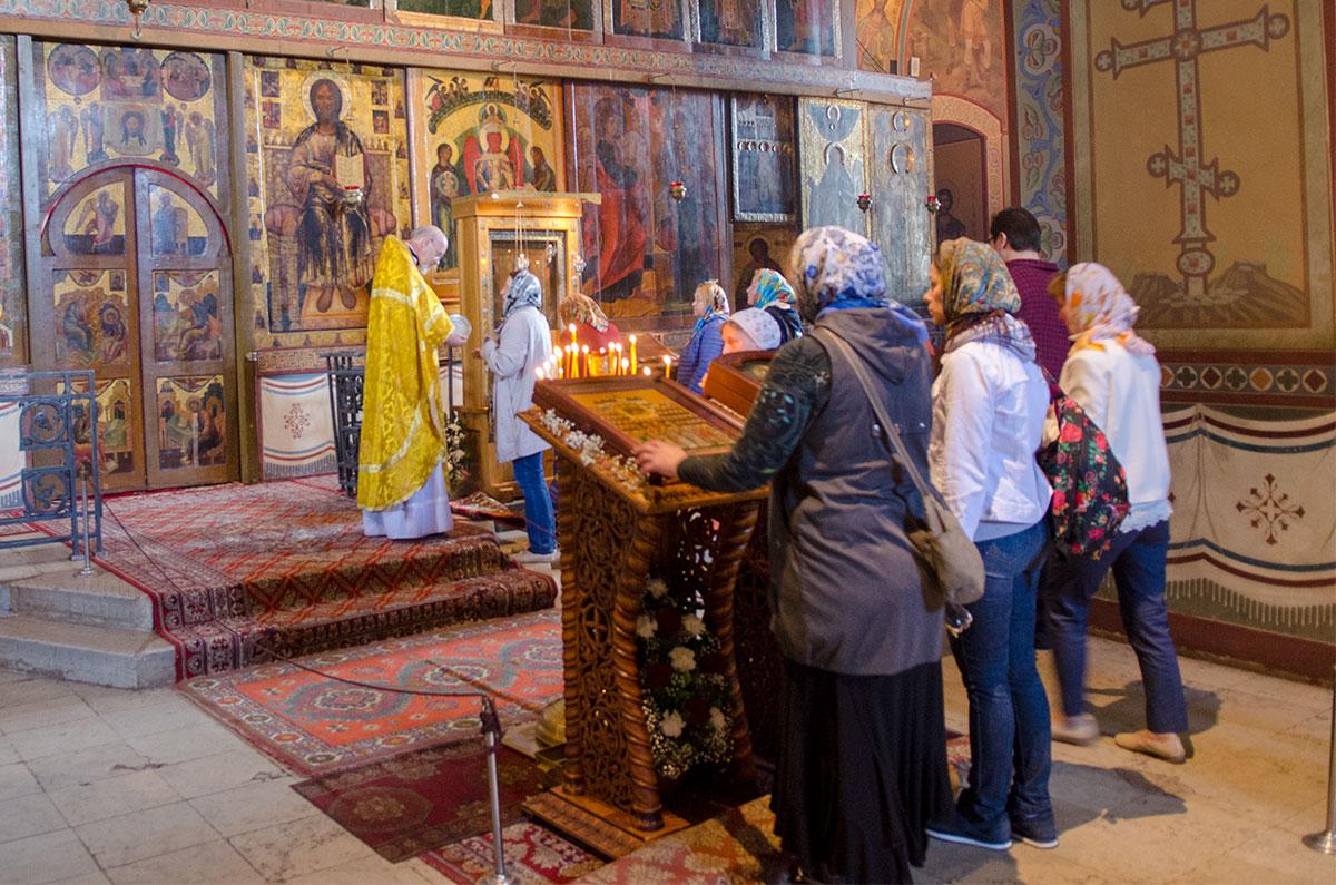Наиболее ценные высокочтимые иконы Софийского собора в Великом Новгороде расположены в центральной части алтарного иконостаса.