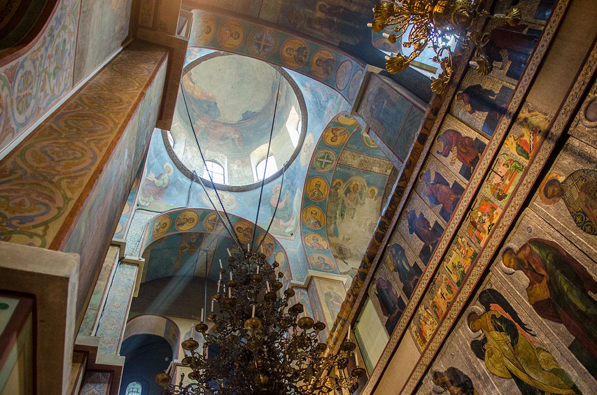 Некоторые фрагменты внутренней росписи Софийский собор в Великом Новгороде сохранил в верхнем строении, утратив образ Христа от попадания снаряда.