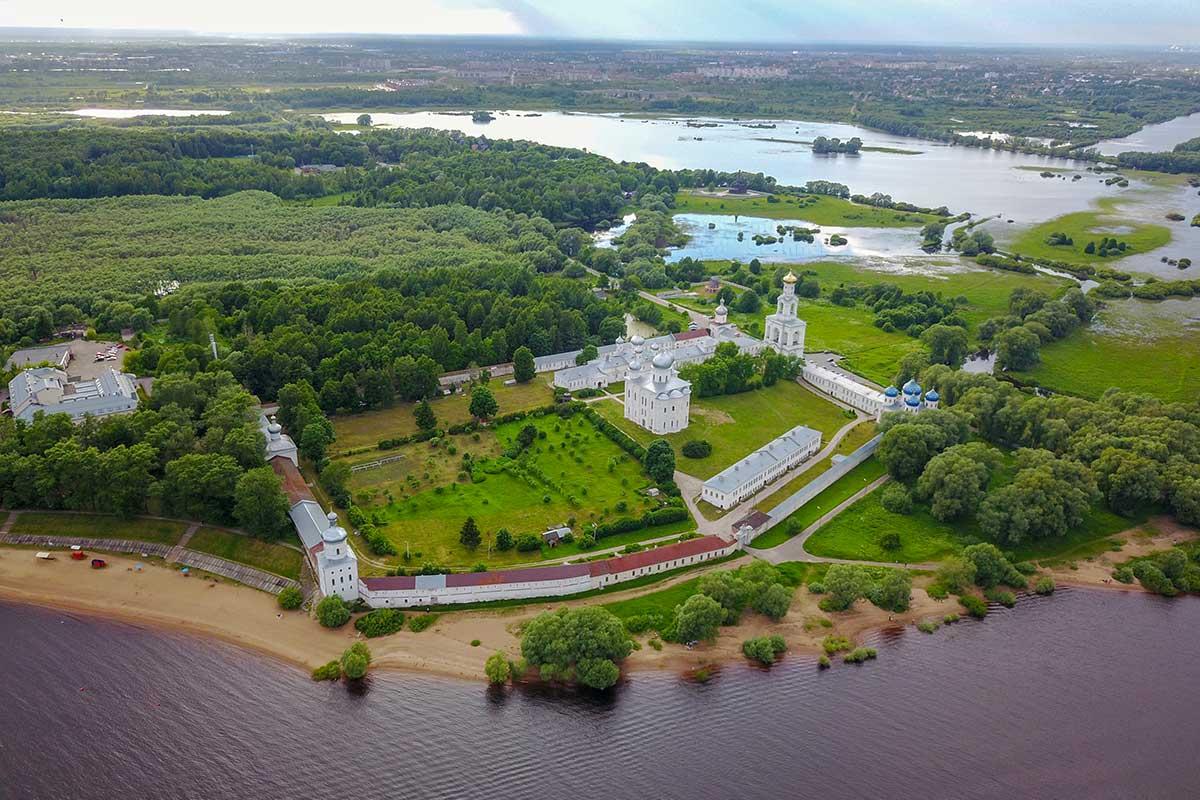 Расположенный на берегу Волхова, вблизи истока реки из озера Ильмень, Свято-Юрьев монастырь – древнейшая обитель севера России.
