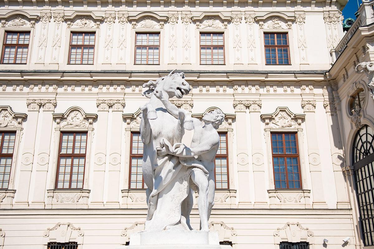 Скульптурные группы возле начала въездов на пандус к дворцу Верхний Бельведер в Вене изображают укрощение диких лошадей мифическими близнецами Диоскурами.