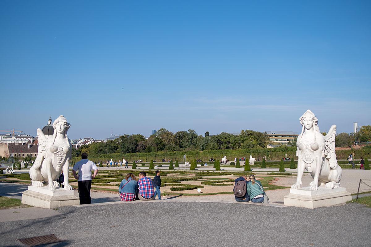 Открытые женские торсы загадочных сфинксов встречают выходящих от дворца Верхний Бельведер в Вене на километровый партер.