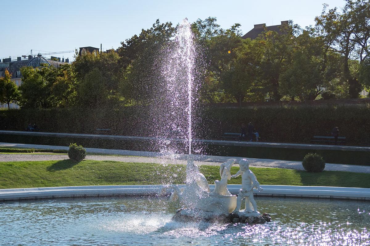 Основными декоративными элементами партера между двумя дворцами Бельведера в Вене являются бассейны с фонтанами, украшенными скульптурами.
