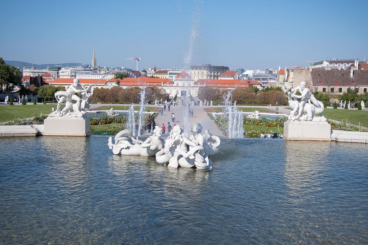 Каскад на перепаде высот между дворцами Бельведера в Вене начинается из водоема на границе обрыва, между двумя скульптурами.